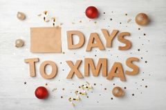 Flache Lagezusammensetzung mit Wörtern TAGE ZU Weihnachten stockbilder