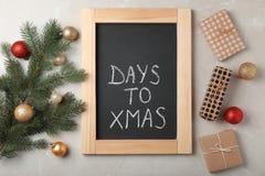 Flache Lagezusammensetzung mit Wörtern TAGE ZU Weihnachten stockfoto