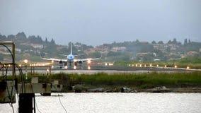 Flache Landung auf Flughafen stock footage