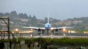 Flache Landung am Flughafen stock footage