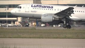 Flache Landung Lufthansas in Valencia in der Superzeitlupe stock footage
