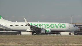 Flache Landung Transavia in Valencia in der Superzeitlupe stock video footage