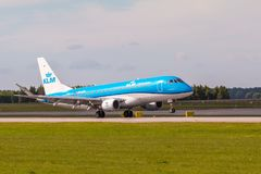 Flache Linie KLM-Landung auf Lech Walesa Airport stockbild