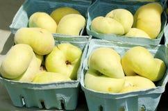 flache Pfirsiche auf dem Hintergrund Lizenzfreies Stockbild