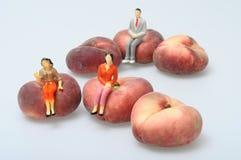 Flache Pfirsiche auf hellem Hintergrund Stockfotografie