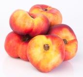 Flache Pfirsiche (Donutpfirsiche) auf einem Hintergrund Stockfotografie