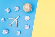 Flache Reise des Spielzeugs auf blauem Gelb der Papierwolke stockfotos