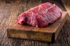 Flache Schärfentiefe Rohes Rindfleischsteak Großes Rib Eye-Steak auf hölzernem Brett stockfotografie