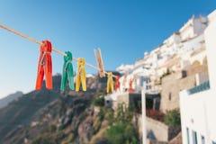 Flache Schärfentiefen mit bunten Klammern und Santorini in lizenzfreie stockfotos