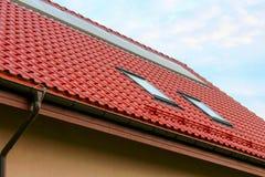 Flache Sonnenkollektoren auf einem roten Dach Stockfotos