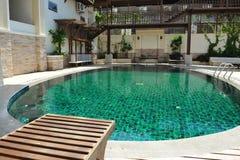 Flache Swimmingpool-Unterseite deckt Wasser-Hintergrund mit Ziegeln Lizenzfreie Stockfotografie