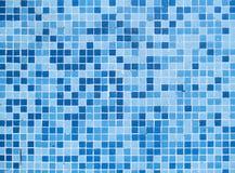 Flache Swimmingpool-Unterseite deckt Wasser-Hintergrund mit Ziegeln Stockfotos