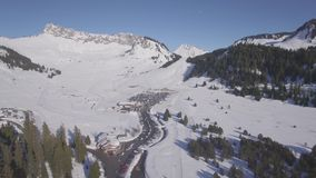 flache Vogelperspektive 4K der Skistation Praz de Lys in den französischen Alpen in Frankreich - Klotz stock video