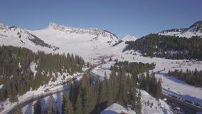 flache Vogelperspektive 4K der Skistation Praz de Lys in den französischen Alpen in Frankreich - Klotz stock video footage