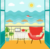 Flacher Balkon mit Tabelle, Stuhl und Notizbuch Eine Seebucht mit malerischen Bergen Auch im corel abgehobenen Betrag Stockfoto