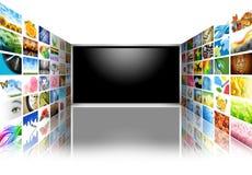 Flacher Bildschirm-Fernsehen mit Bildern auf Weiß Stockfoto