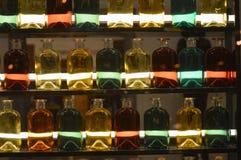 Flacher DOF, Fokus auf zentralen Flaschen stockbilder