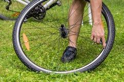 Flacher Fahrradgummireifen Stockfoto