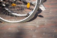 Flacher Fahrradreifen in der Stadt Lizenzfreies Stockbild