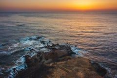 Flacher Felsen-Punkt-Sonnenuntergang Stockfoto