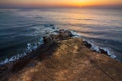 Flacher Felsen-Punkt-Sonnenuntergang Lizenzfreies Stockbild