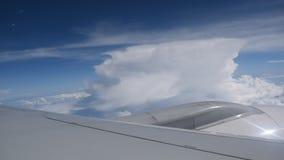 Flacher Flügel durch Fensterrahmen und Himmelhintergrund stock footage