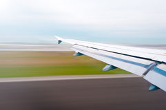Flacher Flügel an entfernen sich oder Landung. Stockbild