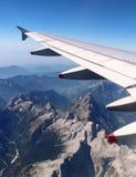 Flacher Flügel über Alpen, Sommer mit Bergen unten Stockfotos
