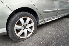 Flacher Hinterradreifen auf Auto Stockfotografie
