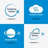 Flacher Logosatz Vector Flugzeugverkehrlogos oder reisende Zeichen des Flugflugzeuges mit blauem Hintergrund Lizenzfreie Stockfotografie