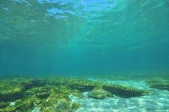 Flacher Meeresgrund mit Bereichen des Sandes und des Felsens Lizenzfreie Stockbilder