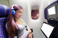 Flacher Passagier im Flugzeug unter Verwendung des Tablet-Computers stockfotografie