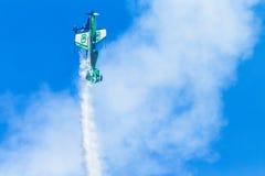 Flacher Pilot Acrobatics Flying Stockbild