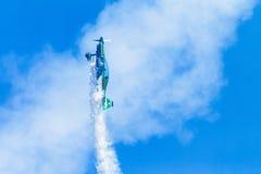 Flacher Pilot Acrobatics Flying Lizenzfreie Stockfotografie