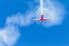 Flacher Pilot Acrobatics Flying Stockfoto
