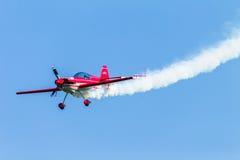 Flacher Pilot Acrobatics Flying Stockfotografie