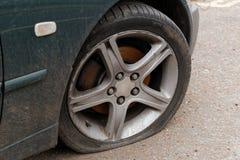 Flacher Reifen des Autos lizenzfreies stockfoto