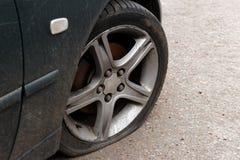 Flacher Reifen des Autos lizenzfreie stockbilder