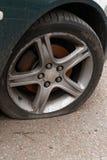 Flacher Reifen des Autos lizenzfreie stockfotografie