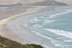 Flacher sandiger Strand mit ozeanischer Brandung Lizenzfreies Stockfoto