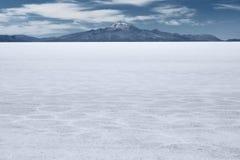 Flacher und schlafender Vulkan Tunupa des der Welt größten Salzes am weiten Hintergrund stockfotos