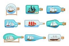 Flacher Vektorsatz Glasflaschen mit Schiffen nach innen Segelnhandwerk Miniaturmodelle von Marineschiffen Hobby und Meer stock abbildung