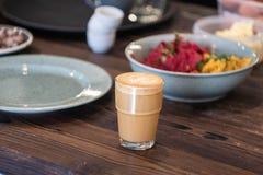 Flacher weißer Kaffee auf dem Holztisch Lizenzfreies Stockbild