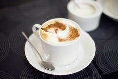 Flacher weißer Tasse Kaffee mit Lattekunst Stockbilder