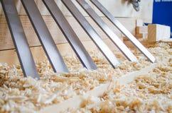 Flachere Messer hergestellt in Höhenflossenstations- und Chromstahl Präzisionswerkzeuge für Holzbearbeitungsindustrie stockfotografie
