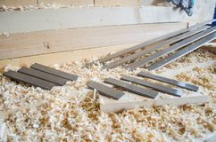 Flachere Messer hergestellt in Höhenflossenstations- und Chromstahl Präzisionswerkzeuge für Holzbearbeitungsindustrie stockbild