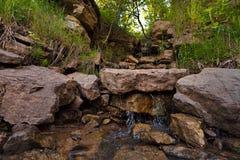Flacherer Wasserfall auf dem kalten taiga Fluss Stockfoto
