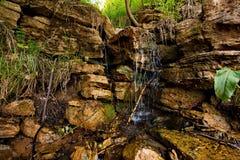 Flacherer Wasserfall auf dem kalten taiga Fluss Stockbilder