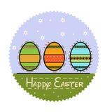 Flaches Bild Ostern auf einem blauen Hintergrund mit Gänseblümchen in einem Kreis Stockbilder