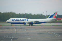 Flaches Boeing-747 von Transaero in der Lagerung an Domodedovo-Flughafen moskau Stockbild